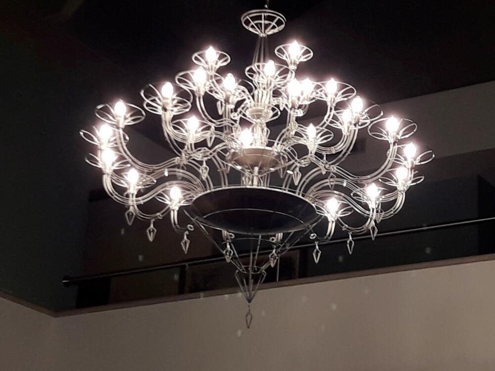 Nuovo lampadario della Reception, con 28 luci al led
